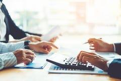 Geschäftsleute, die Planungs-Strategie-Analyse-Konzept auf fu treffen stockfotos