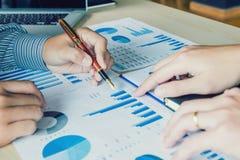 Geschäftsleute, die Planungs-Strategie-Analyse-Konzept treffen lizenzfreies stockbild
