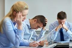 Geschäftsleute, die Problem im Büro haben Stockbilder