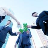 Geschäftsleute, die Puzzlen zusammenbauen Lizenzfreie Stockfotos