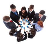 Geschäftsleute, die Puzzlespielstücke anschließen Lizenzfreies Stockbild
