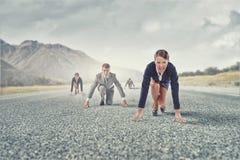 Geschäftsleute, die Rennen laufen lassen stockbild