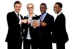 Geschäftsleute, die in Richtung zur drahtlosen Tablette zeigen Lizenzfreies Stockbild