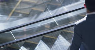 Geschäftsleute, die Rolltreppe im modernen Büro 4k verwenden stock video footage