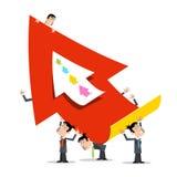 Geschäftsleute, die roten Papierpfeil halten Stockfoto