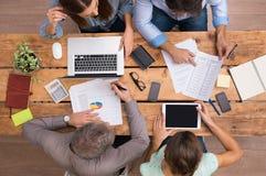 Geschäftsleute, die an Schreibtisch arbeiten Lizenzfreies Stockfoto