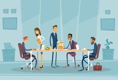 Geschäftsleute, die Schreibtisch besprechend sich treffen lizenzfreie abbildung