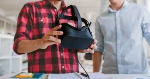 Geschäftsleute, die am Schreibtisch hält VR-Gläser arbeiten Lizenzfreies Stockbild