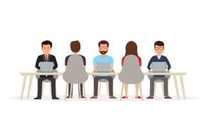 Geschäftsleute, die am Schreibtisch unter Verwendung eines Laptops zusammenarbeiten lizenzfreie abbildung