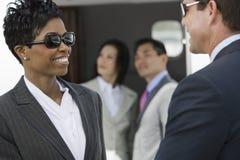 Geschäftsleute, die sich schauen Stockbild