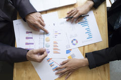 Geschäftsleute, die sich treffen, um die Situation zu behandeln Lizenzfreie Stockfotos