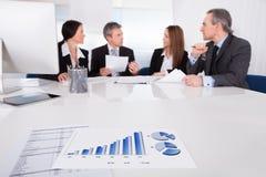 Geschäftsleute, die sich zusammen besprechen Stockbild
