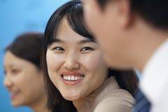 Geschäftsleute, die Sitzung in der Chefetage, lächelnd haben Lizenzfreies Stockfoto