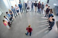 Geschäftsleute, die Sitzung in der Firma haben stockbild