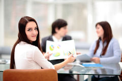 Geschäftsleute, die Sitzung um Tabelle im modernen Büro haben Stockfoto
