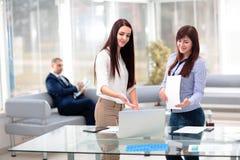 Geschäftsleute, die Sitzung um Tabelle im modernen Büro haben Lizenzfreie Stockfotografie
