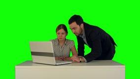 Geschäftsleute, die Sitzung um Tabelle mit haben stock video footage