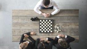 Geschäftsleute, die spielen Schach? stock video