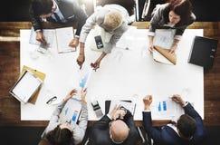 Geschäftsleute, die Statistik-Finanzkonzept analysieren Stockfotos