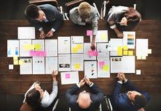 Geschäftsleute, die Statistik-Finanzkonzept analysieren Stockfoto