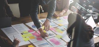 Geschäftsleute, die Strategie-Analyse-Büro-Konzept planen