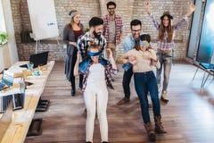 Geschäftsleute, die Teamschulungsübung während der Teamentwicklung ein Spiel des Vertrauens spielen lassen stockfoto