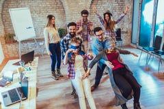 Geschäftsleute, die Teamschulungsübung während der Teamentwicklung machen lizenzfreies stockfoto