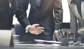 Geschäftsleute, die Teamwork-Erfolgs-Konzept gedanklich lösen Stockbild