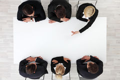 Geschäftsleute, die um leere Tabelle sitzen lizenzfreies stockfoto