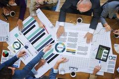 Geschäftsleute, die Unternehmensanalyse-Forschungs-Konzept treffen