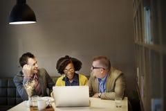 Geschäftsleute, die Unternehmenslaptop-Technologie-Konzept treffen lizenzfreie stockfotos