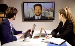 Geschäftsleute, die Videokonferenz mit Cheffokus im Fernsehen tun stockfotos