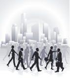 Geschäftsleute, die vor Stadt-Skylinen hetzen Stockbilder