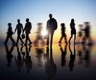 Geschäftsleute, die während des Sonnenuntergangs reisen Lizenzfreie Stockfotografie