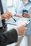Geschäftsleute, die während einer Kaffeepause sich besprechen stockfoto