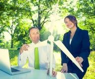 Geschäftsleute, die Windkraftanlage halten Lizenzfreie Stockbilder