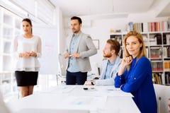 Geschäftsleute, die Zukunftspläne besprechen lizenzfreie stockfotos