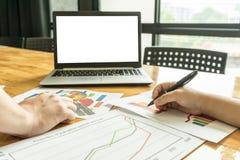 Geschäftsleute, die zum Plan über Geschäft sich treffen Lizenzfreie Stockbilder