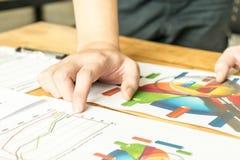 Geschäftsleute, die zum Plan über Geschäft sich treffen Stockfotos