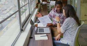 Geschäftsleute, die zusammen an einem Dokument im Büro 4k arbeiten stock video