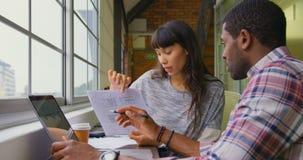 Geschäftsleute, die zusammen an einem Dokument im Büro 4k arbeiten stock video footage