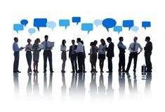 Geschäftsleute, die zusammen mit Sprache-Blasen arbeiten Lizenzfreies Stockfoto