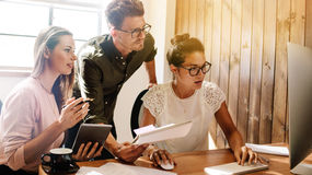 Geschäftsleute, die zusammen an Projekt im Startbüro arbeiten Lizenzfreie Stockfotos
