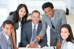 Geschäftsleute, die zusammenarbeiten stockfoto