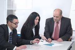 Geschäftsleute, die zusammenarbeiten Stockfotos