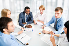 Geschäftsleute, die zusammenarbeiten. Stockfotografie