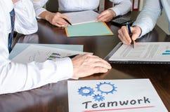 Geschäftsleute, die zusammenarbeiten Lizenzfreie Stockbilder