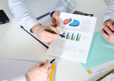 Geschäftsleute, die zusammenarbeiten Stockbilder