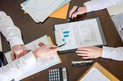 Geschäftsleute, die zusammenarbeiten Lizenzfreie Stockfotos