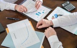 Geschäftsleute, die zusammenarbeiten Lizenzfreies Stockfoto